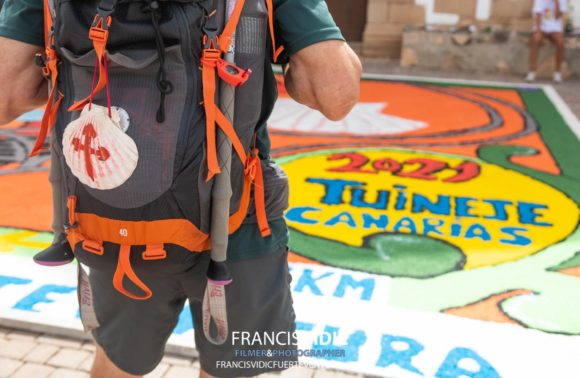 Tuineje colabora con las alfombras del camino del año Xacobeo
